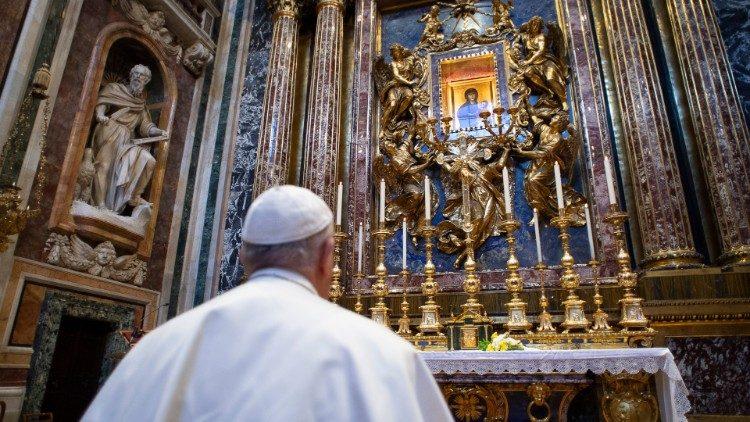البابا فرنسيس: الصلاة من أجل الآخرين هي أول طريقة لكي نحبّهم وهي تدفعنا إلى القرب الملموس